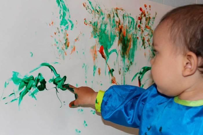 bebe-pintando